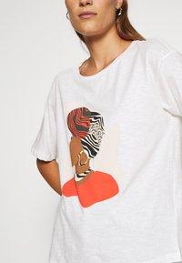TOM TAILOR - FRONTPRINT OVERSIZED - Print T-shirt - whisper white - 4