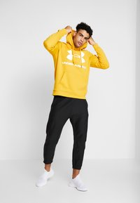 Under Armour - RIVAL SPORTSTYLE LOGO HOODIE - Hættetrøjer - golden yellow/white - 1