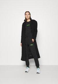Calvin Klein Jeans - LOGO BADGE JOGGER - Joggebukse - black - 1