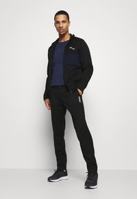 Jack & Jones Performance - JCOZPOLY SUIT BLOCKING - Survêtement - black - 1