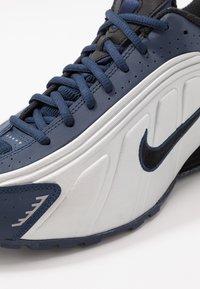 Nike Sportswear - SHOX R4 - Trainers - midnight navy/black/metalic silver - 8