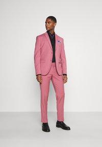 Isaac Dewhirst - Traje - pink - 1
