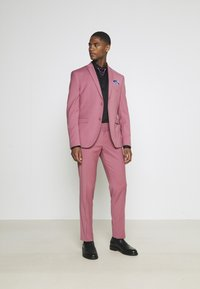 Isaac Dewhirst - Costume - pink - 1