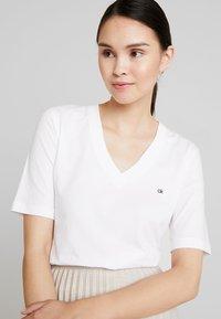 Calvin Klein - V NECK - Basic T-shirt - white - 3