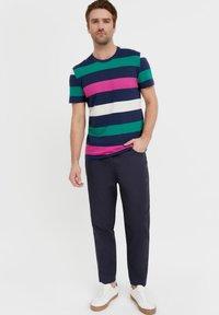 Finn Flare - Print T-shirt - dark blue - 1