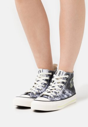 VEGAN BRITT RETRO  - High-top trainers - black