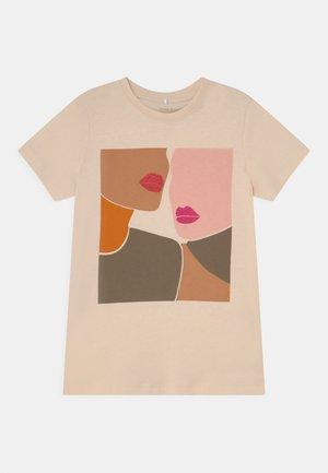 NKFLIRA BOX - T-shirts med print - whitecap gray