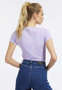 Guess - RNKAMELIA  - T-shirt z nadrukiem - lila - 2