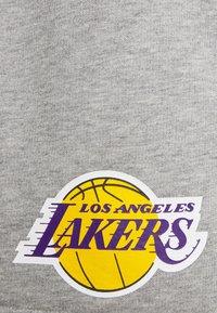 New Era - LOS ANGELES LAKERS NBA SIDE PANEL SHORT - Club wear - grey - 5