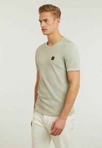 CHASIN' - BASAL TEE - Print T-shirt - green - 3