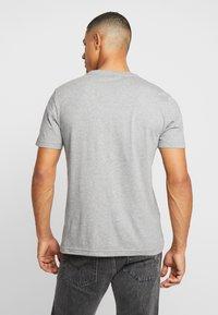 Calvin Klein - CHEST LOGO - T-shirt - bas - mid grey heather - 2