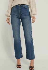 NA-KD - HIGH WAIST RAW - Straight leg jeans - mid blue - 3