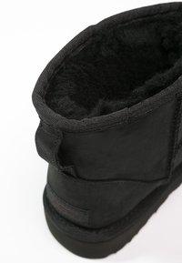 UGG - CLASSIC MINI - Kotníkové boty - black - 6