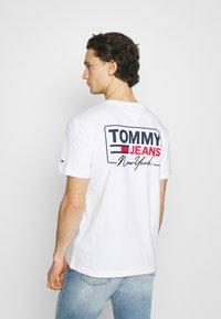 Tommy Jeans - SCRIPT BOX BACK LOGO TEE UNISEX - T-shirt med print - white - 2