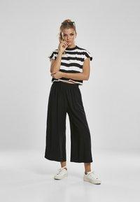 Urban Classics - STRIPE - T-shirt print - black/white - 1