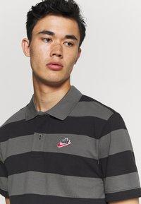 Nike Sportswear - STRIPE - Polo shirt - black/iron grey - 3