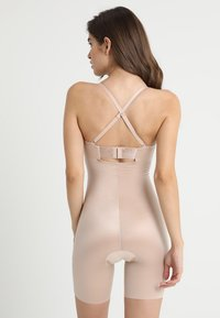 Spanx - SUIT YOUR FANCY STRAPLESS CUPPED MID-TIGH BODYSUIT - Body - champagne beige - 4