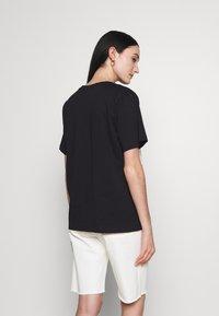 Marimekko - KIOSKI HIEKKA UNIKKO PLACEMENT T-SHIRT - T-shirt z nadrukiem - black/off white - 2