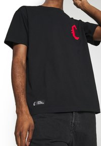 Cayler & Sons - BANNED SEMI BOX TEE - Print T-shirt - black/red - 3