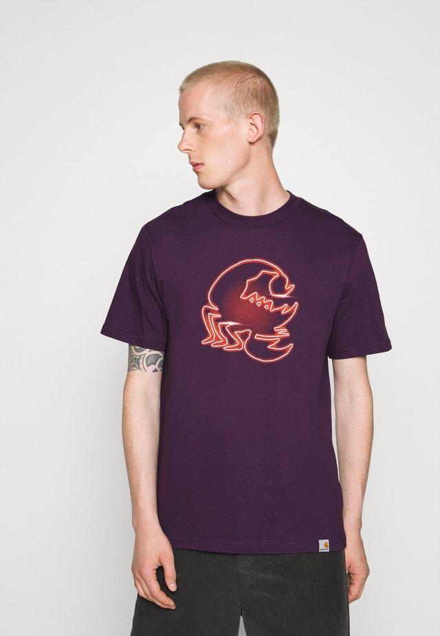 NEON SCORPION - T-shirt con stampa - boysenberry