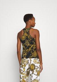 Versace Jeans Couture - Print T-shirt - black/gold - 2