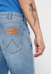 Wrangler - GREENSBORO - Jeans straight leg - mid summer blue - 5