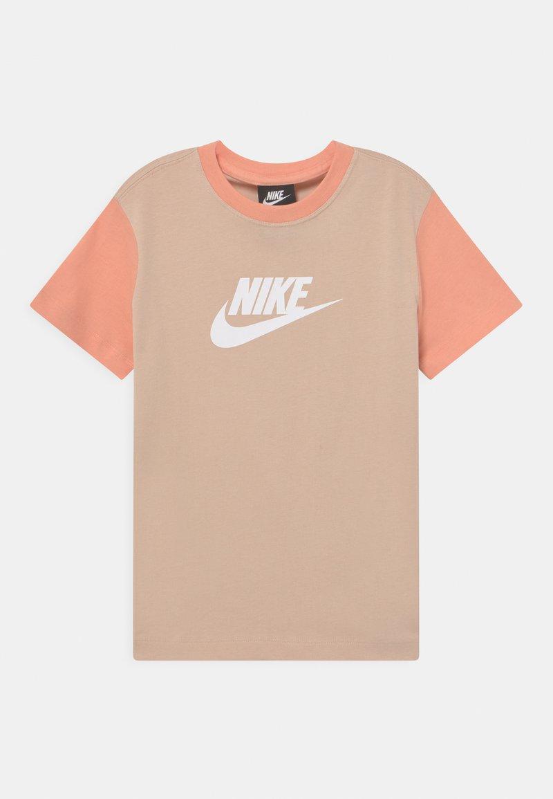 Nike Sportswear - Camiseta estampada - shimmer/apricot agate/white