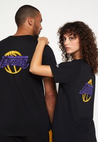 New Era - NBA LOS ANGELES LAKERS NEON TEE - Club wear - black - 6