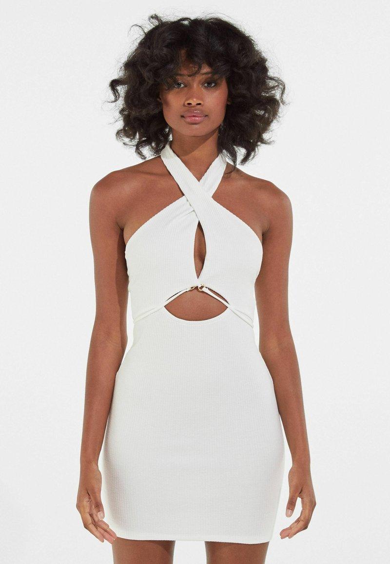 Bershka - MIT AUSSCHNITT IN WICKELOPTIK  - Shift dress - white