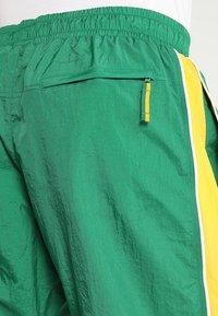 Nike Performance - NBA BOSTON CELTICS COURTSIDE TRACKSUIT - Pelipaita - clover/amarillo/white - 7
