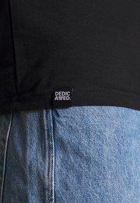 Dedicated - STOCKHOLM GOOD HANDS - Print T-shirt - black - 5