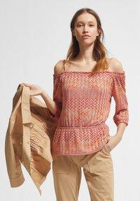 comma - Jumper - coral zic zac knit - 1