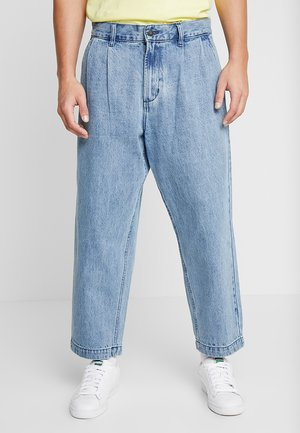 FUBAR PLEATED - Relaxed fit jeans - light indigo