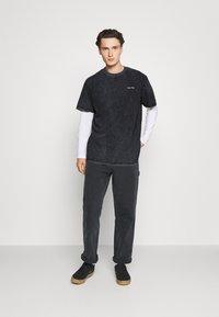 Night Addict - CHEST UNISEX - T-shirt med print - black acid wash - 1