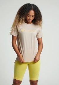 Hummel - HMLZENIA  - Print T-shirt - humus - 0
