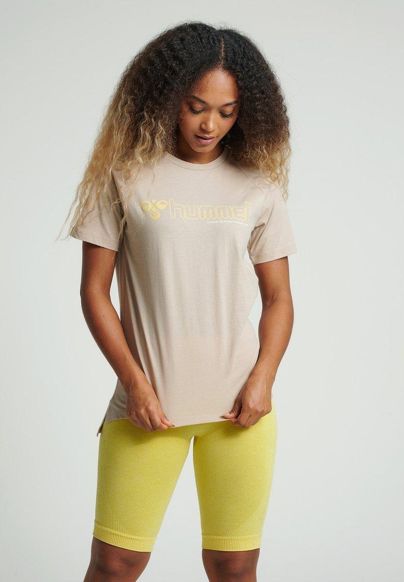 Hummel - HMLZENIA  - Print T-shirt - humus