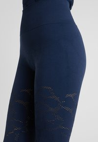 Casall - CASALL SEAMLESS STRUCTURE TIGHTS - Medias - pushing blue - 6