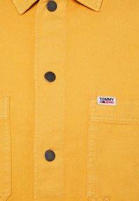 Tommy Jeans - LIGHTWEIGHT OVERSHIRT - Košile - gold - 2