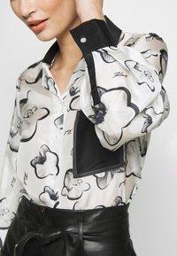KARL LAGERFELD - ORCHID PRINT BLOUSE - Camisa - black - 3