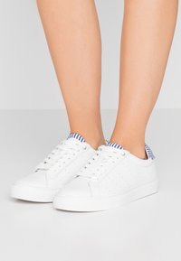 J.CREW - WITH STRIPE DETAIL - Trainers - white/blue - 0