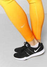Nike Performance - ONE - Medias - laser orange/white - 3