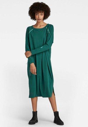 RAGLAN BACK SNAPS - Jersey dress - bright laub