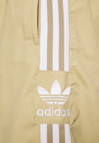 adidas Originals - LOCK UP UNISEX - Verryttelyhousut - beige tone - 5