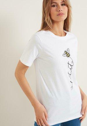 MIT BIENENPRINT - Print T-shirt - bianco st.let it bee