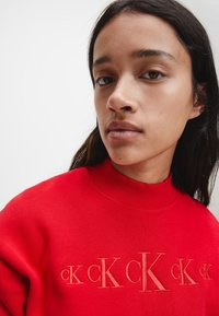 Calvin Klein Jeans - Sweatshirt - red hot darker red - 3