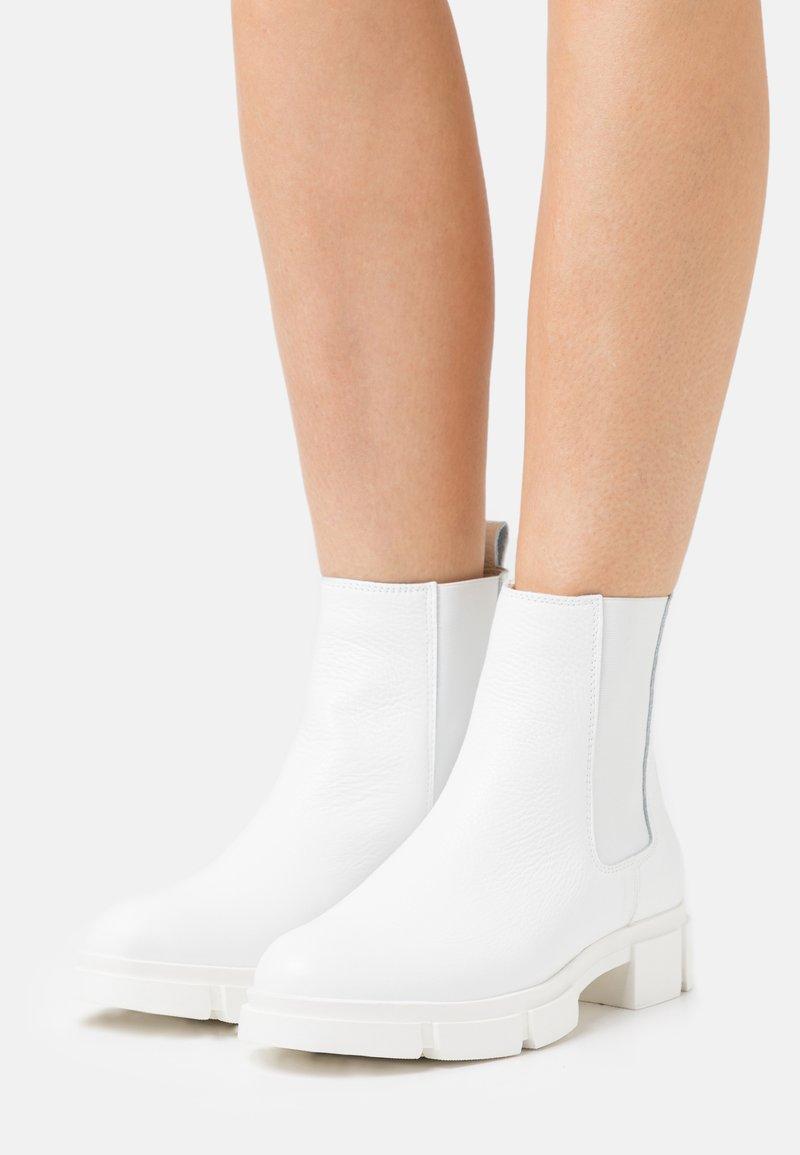 Zign - Kotníkové boty na platformě - white