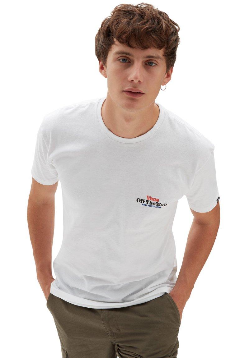 Vans - MN MOONLIGHT MOTEL SS - Print T-shirt - white