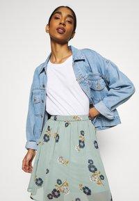 Vero Moda - VMFALLIE SHORT SKIRT  - Mini skirt - green milieu/newfallie - 3