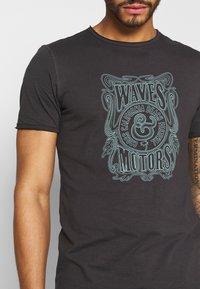 Only & Sons - ONSCARL SLIM RAW EDGE TEE  - T-shirt print - phantom - 5