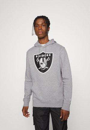 NFL LAS VEGAS RAIDERS MID ESSENTIALS CREST GRAPHIC HOODIE - Klubové oblečení - sports grey